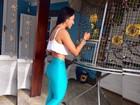 Amanda Djehdian impressiona com cintura fina e barriga sequinha