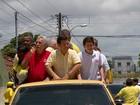 Geraldo Julio circula em carro aberto e João Paulo faz caminhada no Recife
