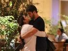 Preta Gil e o marido se beijam e curtem clima de romance em shopping no Rio