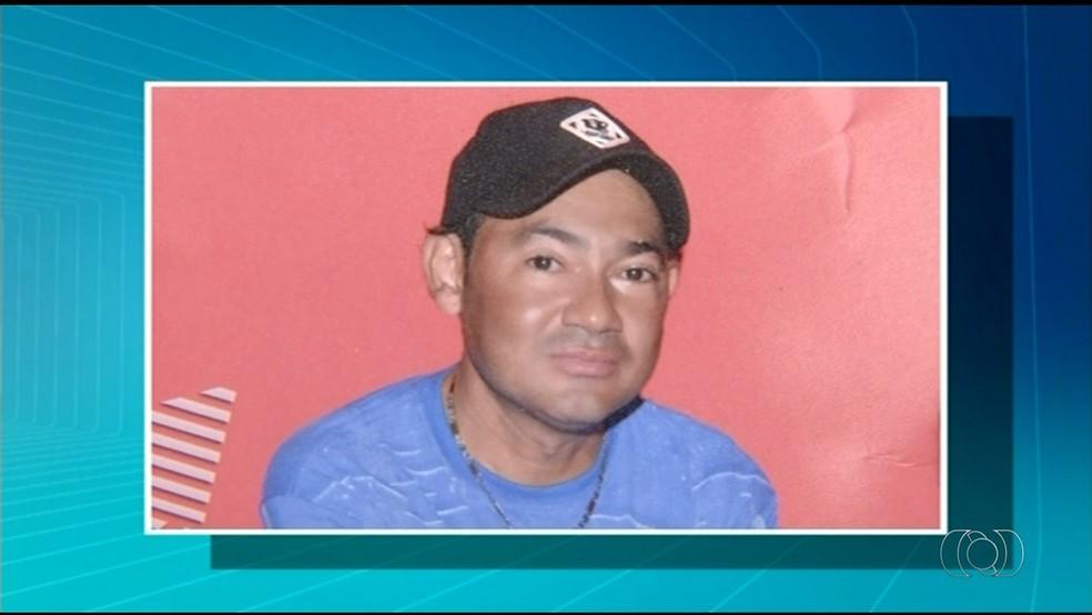 Homem morreu após batida entre carro e motocicleta (Foto: Reprodução/ TV Anhanguera)