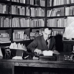 SOCIALISTA E LIBERAL Bobbio no escritório de sua casa, em Turim, nos anos 1950. Ele foi o intelectual da mediação, por excelência  (Foto: Arq. Família Bobbio)
