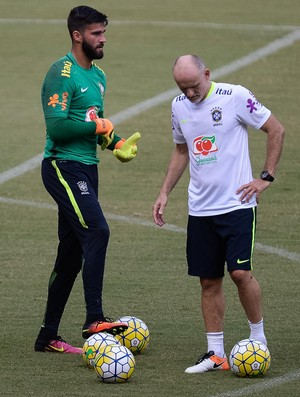 Alisson e Taffarel durante treino da seleção brasileira (Foto:  Pedro Martins / MoWA Press)