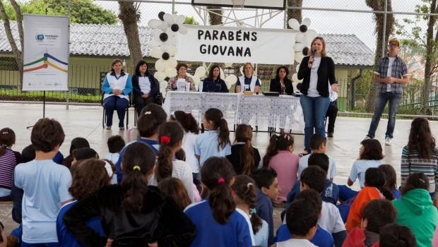 A coordenadora regional do projeto, Patricia Sunitz e o mascote Léo. (Foto: Divulgação/RPCTV)