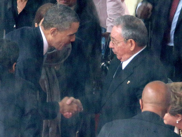 Barack Obama e Raúl Castro dão aperto de mão na cerimônia em memória a Nelson Mandela no estádio Soccer City, em Johanesburgo, África do Sul. (Foto: Chip Somodevilla/Getty Images)