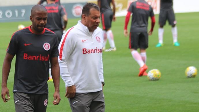Roth tem conversa com Fabinho em treino  (Foto: Tomás Hammes)