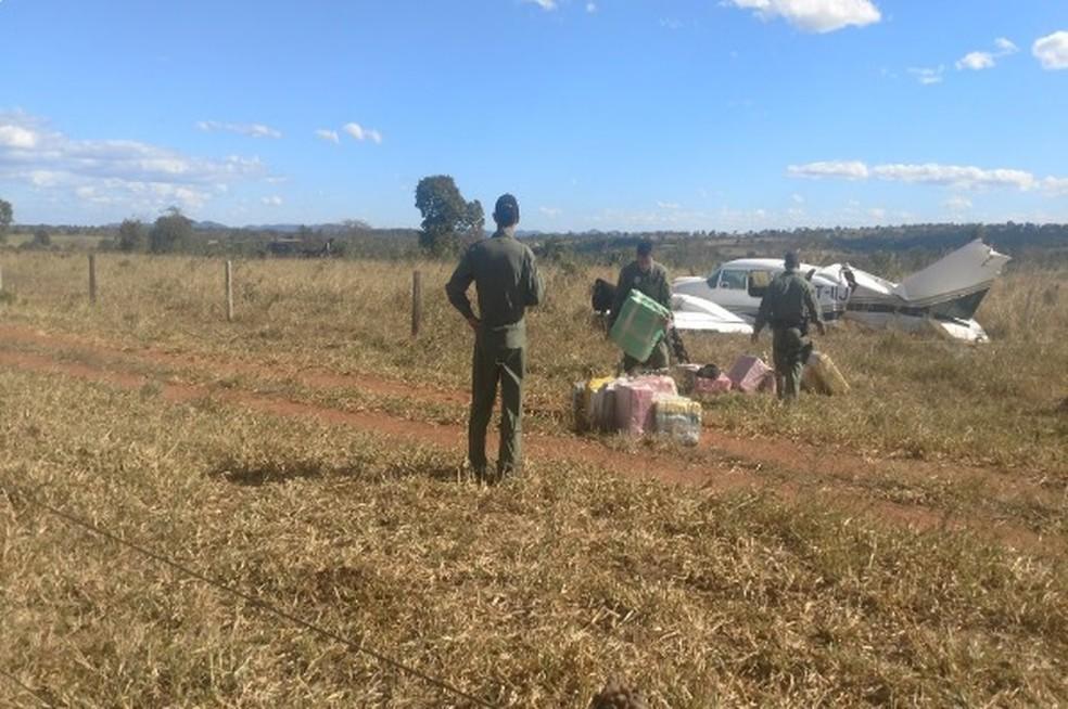 Militares retiram carga de cocaína de avião interceptado pela FAB (Foto: PMGO/Divulgação)