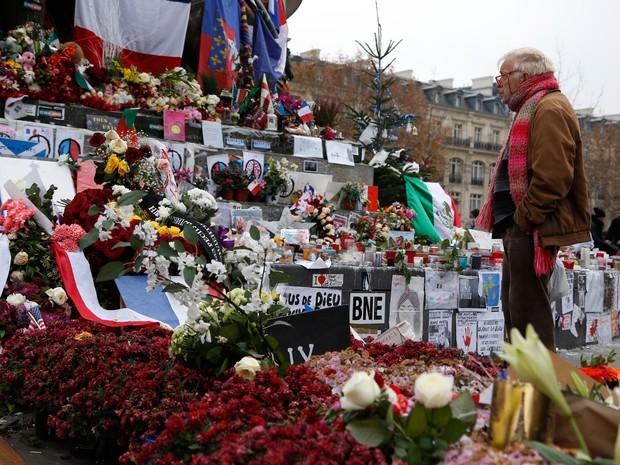 Pessoas se reunem em frente a memorial na Place de la Republique, em Paris, neste domingo  (Foto: AFP Photo/Thomas Samson)