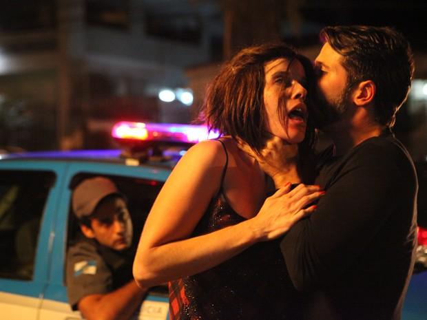 Desesperada, vítima tenta pedir ajuda à polícia (Foto: Carol Caminha / TV Globo)