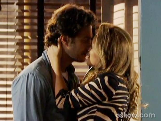 Laerte beija Shirley (Foto: Em Família/TV Globo)