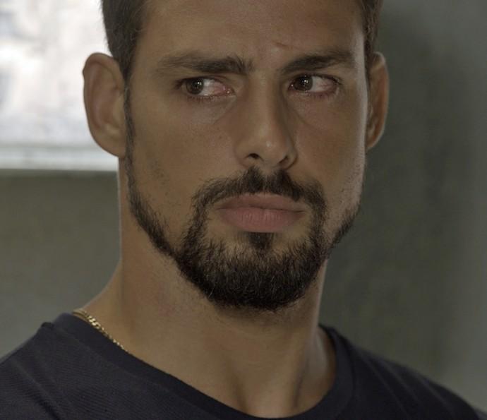 Mesmo com o apelo de Zé Maria, Juliano hesita em confiar no pai (Foto: TV Globo)