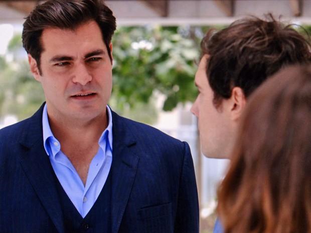 O médico fica uma fera ao encontrar a esposa a sós com o irmão (Foto: TV Globo)
