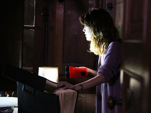 Laura invade a casa de Aurélio (Foto: Maria Clara Lima/Gshow)