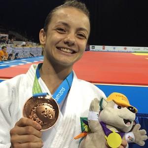 Nathália Brigida mostra sua medalha de bronze  (Foto: GloboEsporte.com)