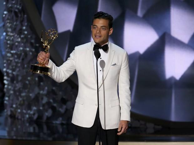 Rami Malek recebe o prêmio de melhor ator em série dramática por 'Mr. Robot' (Foto: Mike Blake/Reuters)