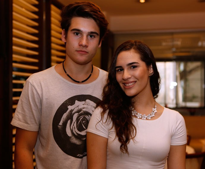 Nicolas Prattes e Lívian Aragão chegaram juntos com a ansiedade para a estreia (Foto: Ellen Soares/Gshow)