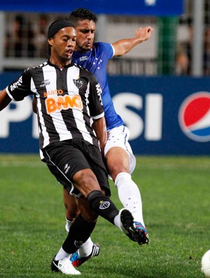 Ronaldinho e Leonardo Silva, Cruzeiro x Atlético-MG (Foto: Washington Alves / Vipcomm)