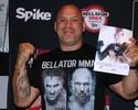 Wand veste a camisa do Bellator e dá autógrafos em evento rival do UFC