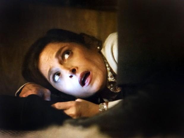Cora ouve a conversa dos outros e faz a linha assustada ao ser flagrada (Foto: Império/TV Globo)
