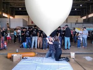 lançamento de uma sonda experimental à estratosfera ocorreu nesta manhã (Foto: Carol Malandrino/G1)