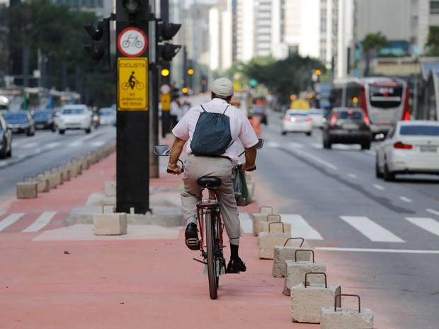 Ciclista é flagrado pedalando na futura ciclovia da Avenida Paulista (Foto: Nelson Antoine/Frame/Estadão Conteudo)