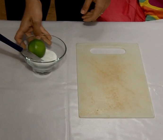 Limpar tábua de carne encardida com limão e sal? Testamos! Assista ao vídeo (Foto: Reprodução)