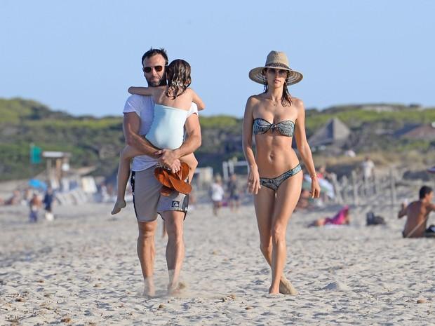 Alessandra Ambrósio com o marido, Jamie Mazur, e a filha, Anja, em Ibiza, na Espanha (Foto: Grosby Group/ Agência)