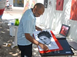 Marconi Silva exibindo pintura em grafite da atriz americana Sandra Bullock (Foto: Gabriel Penha/G1)