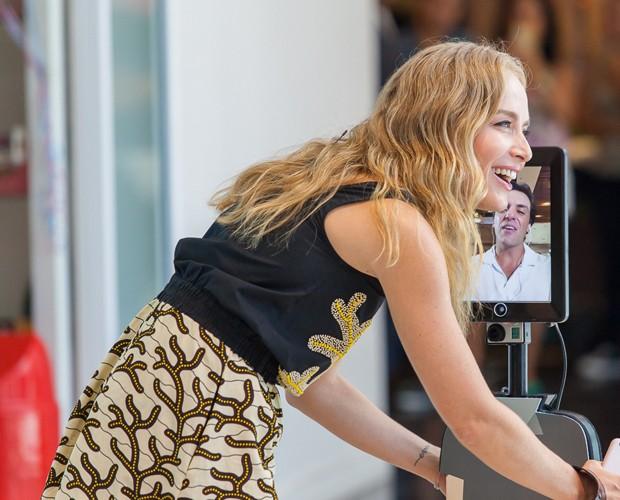 A apresentadora se divertiu durante a gravação (Foto: Artur Meninea/Gshow)
