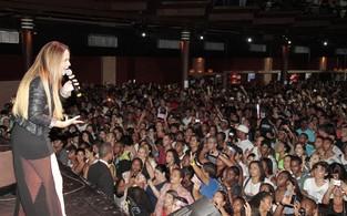 Perlla canta para cerca de 2 mil pessoas em show gospel no Rio (Foto: Isac Luz/EGO)