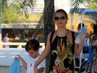 Adriana Esteves brinca com o filho na Lagoa