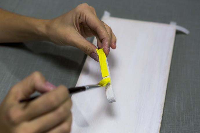 Pinte pregadores de roupa com as mesmas cores usadas para pintar a base de madeira (Foto: Ellen Soares/Gshow)