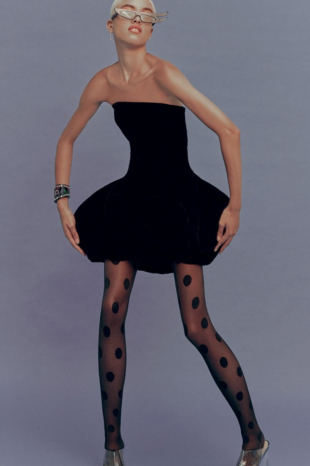 Vestido Frou Frou Brechó (R$ 389), óculos (R$ 3.365) e bracelete (R$ 5.950), ambos Gucci, meia-calça Stiff (R$ 180) e sapatos Andressa Salomone (R$ 1.658) (Foto: MAR+VIN)