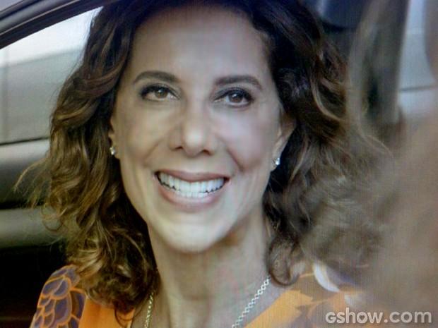 Branca abre o sorrisão para Claudia (Foto: Em Família/ TV Globo)