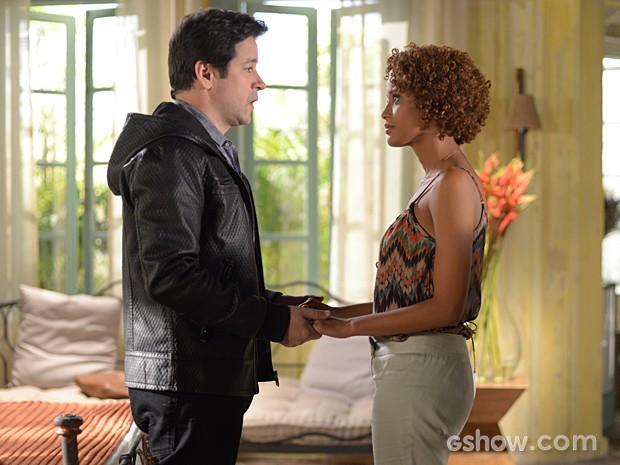 Jonas pede que Verônica cuide bem de seus segredos (Foto: Camila Serejo / TV Globo)