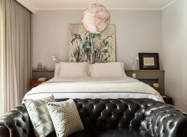 apartamento-arquitetura-decoração-dt-estúdio-cabeceira-quarto-sofá-neutro (Foto: Edu Castello/Editora Globo)