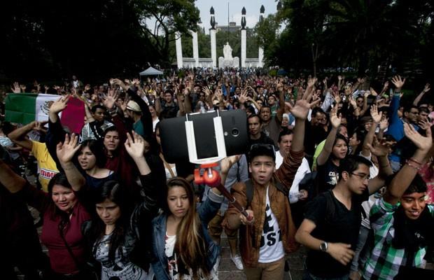 Mexicanos tentam quebrar recorde de maior selfie do mundo. (Foto: Marco Ugarte/Associated Press)