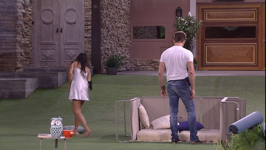 Marcos e Emilly montam cabana no jardim