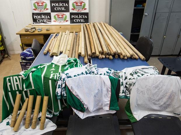 Material apreendido pela polícia com torcedores do Palmeiras (Foto: Victor Moriyama/G1)