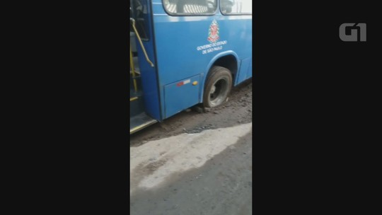 Ônibus fica atolado em rua com péssimas condições em São Vicente