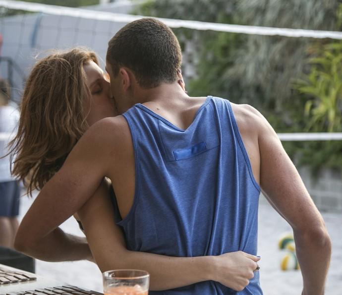 Juliana aproveita a deixa e tasca um beijo daqueles em Giovane! <3 (Foto: Raphael Dias/Gshow)