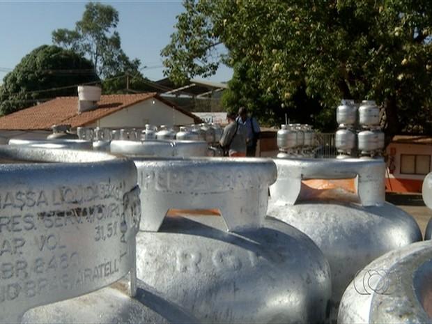 Gás sofreram reajuste de 15% em todo o país e no Tocantins consumidores reclamam do preço do produto (Foto: Reprodução/TV Anhanguera)