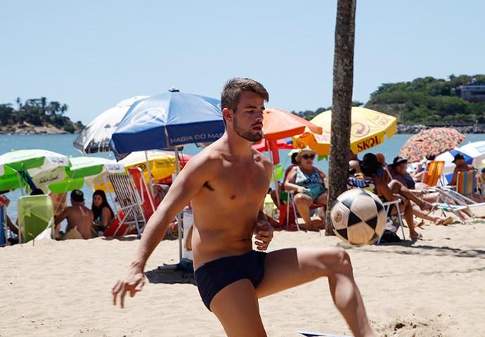 Rafael Licks mostrando o shape e as habilidades com a bola (Foto: Leonardo Viso / Gshow)