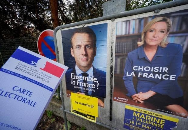 Imagem ilustrativa mostra um título de eleitor francês perto de cartazes de candidatos da eleição presidencial da França (Foto: Robert Pratta/Reuters)