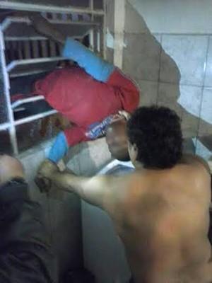 Ladrão tentou furtar casa na Vila Ocidental, mas ficou preso na janela da cozinha e acabou detido (Foto: Cedida)