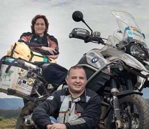 AVENTUREIROS O casal Marcelo Leite e Bete Rodrigues em São Paulo. Eles deram uma volta ao mundo nesta moto, que chamam de companheira (Foto: Rogério Cassimiro/ÉPOCA)