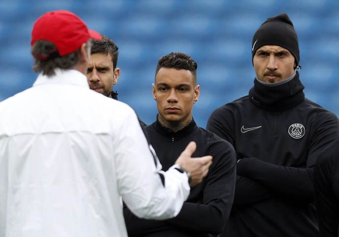 Thiago Motta, Van der Wiel e Ibrahimovic atentos a Laurent Blanc no treino do PSG (Foto: Reuters / Jason Cairnduff )