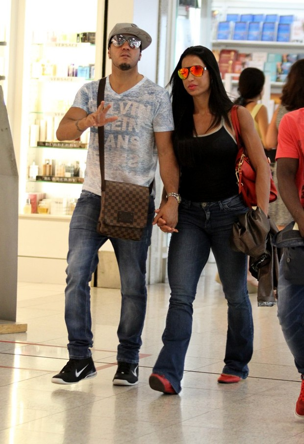 Belo e Gracyanne Barbosa no aeroporto (Foto: Henrique Oliveira / FotoRioNews)