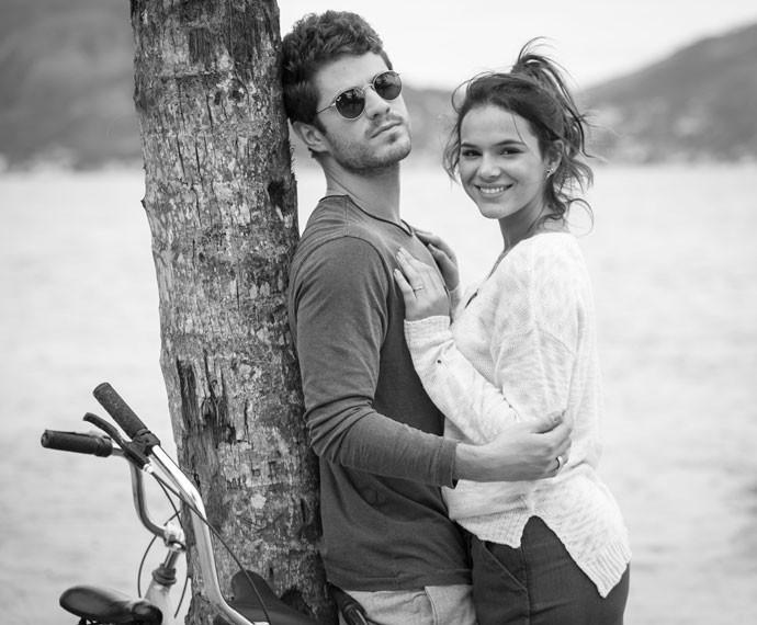 Bruna Marquezine e Maurício Destri rodaram as cenas da lua de mel em praia deserta (Foto: Raphael Dias/Gshow)