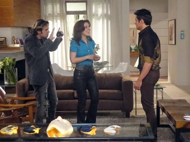 Tom e Simone dão os toques finais para que Inácio vire uma cópia fiel de Fabian (Foto: Cheias de Charme / TV Globo)