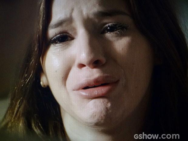Ela chora, arrependida (Foto: Em Família/TV Globo)